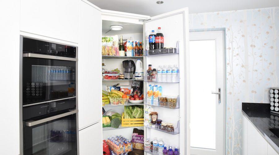 Küche mit einem offenen Kühlschrank