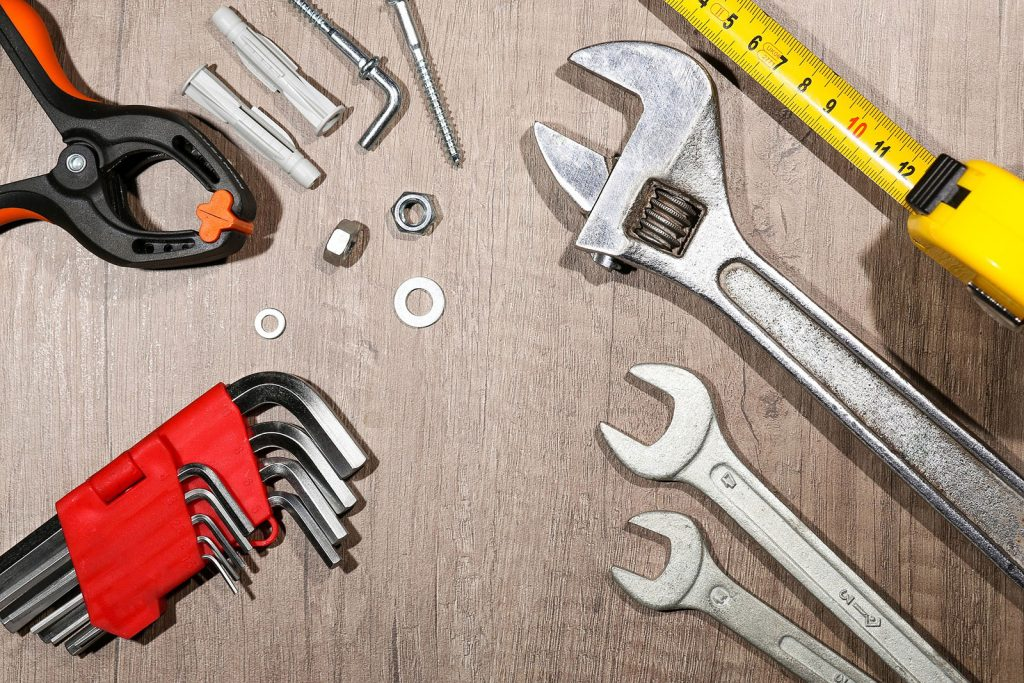 Werkzeug verteilt auf dem Boden